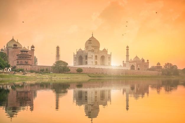 Panoramablick auf taj mahal bei sonnenuntergang mit reflexion in agra, indien.