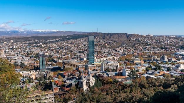 Panoramablick auf tiflis. modernes wahrzeichen - hochhaushotel