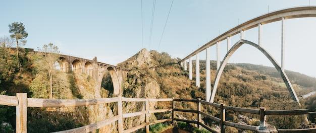 Panoramablick auf zwei riesige brücken in galizien während eines frühlingstages