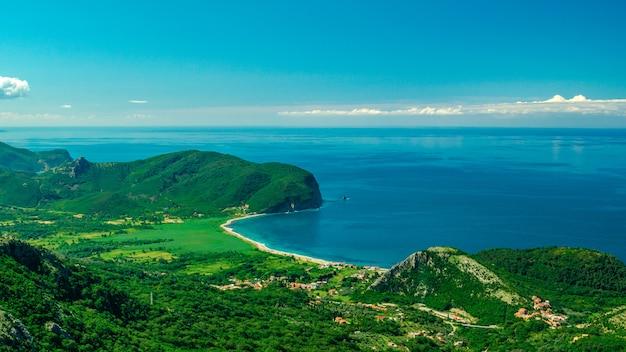 Panoramablick aus der luft auf seekosten und wälder auf bergen