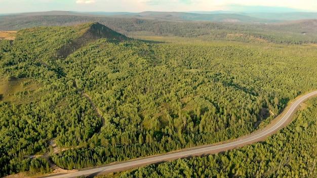Panoramablick aus der luft von der drohne der wälder, der landstraße und der hügel