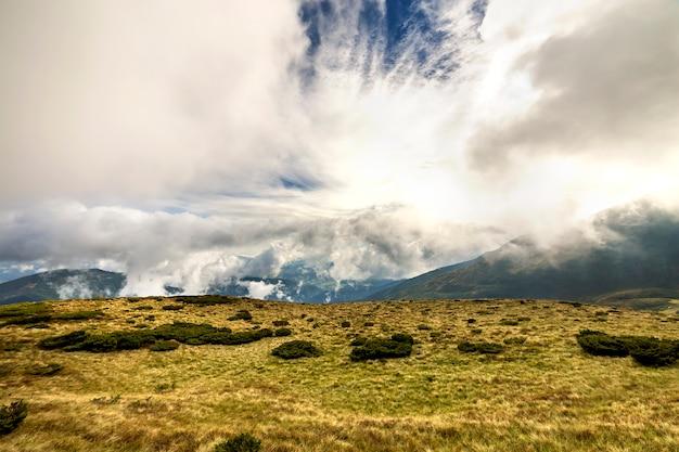 Panoramablick der grünen berge auf blauem himmel mit weißen wolken