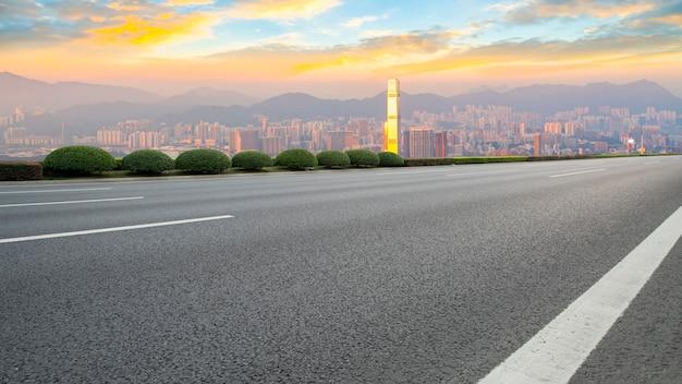 Panoramablick der leeren straße in der stadt