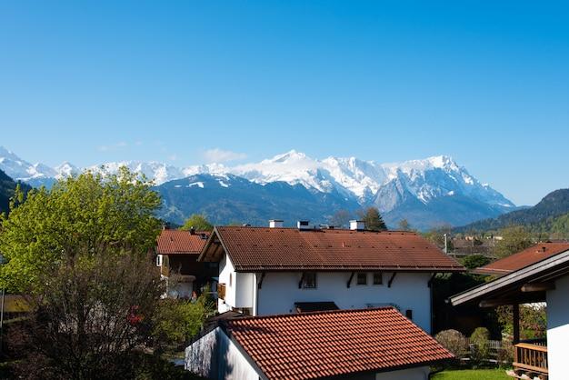 Panoramablick der schönen landschaft in den alpen