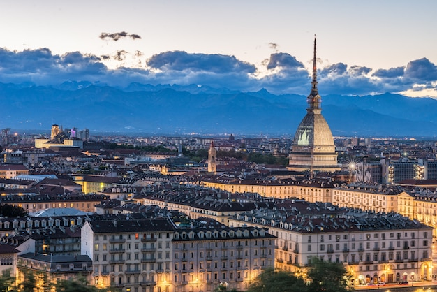 Panoramablick der skyline von turin, italien, an der dämmerung mit glühenden stadtlichtern.