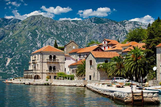 Panoramablick der stadt perast in montenegro