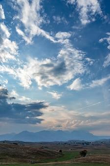 Panoramablick des grünen tales mit steinen im durmitor-gebirgsmassiv, montenegro