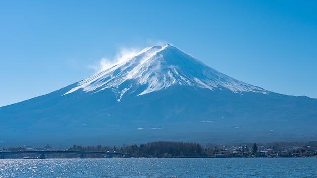 Panoramablick des mount fuji mit see kawaguchiko in japan.
