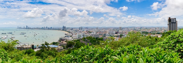 Panoramablick des pattaya-buchtstandpunktes vom pratumnak-hügel.