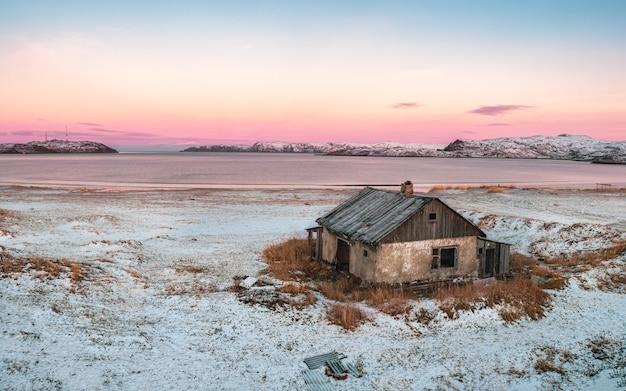 Panoramablick des verlassenen hauses gegen den arktischen himmel. altes authentisches dorf teriberka. kola halbinsel. russland.