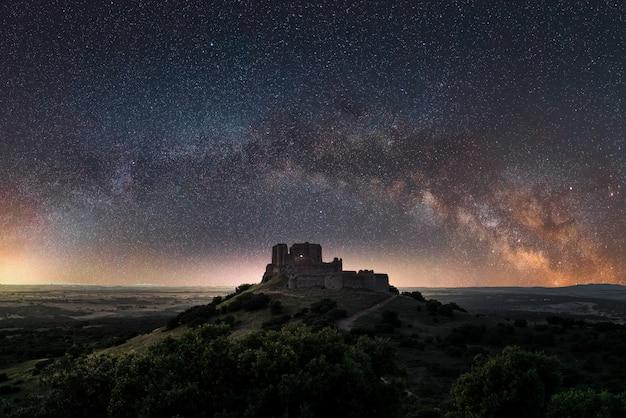 Panoramablick einer nachtlandschaft mit dem bogen der milchstraße in spanien