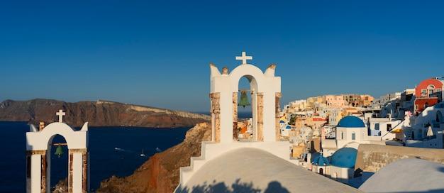 Panoramablick in oia am morgen, santorini, griechenland