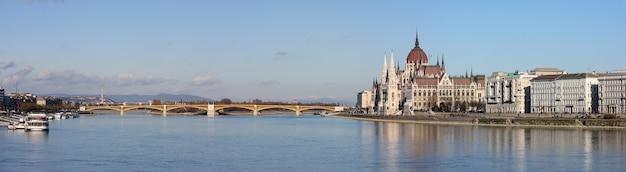 Panoramablick mit dem berühmten parlamentsgebäude an einem flussufer, budapest, ungarn