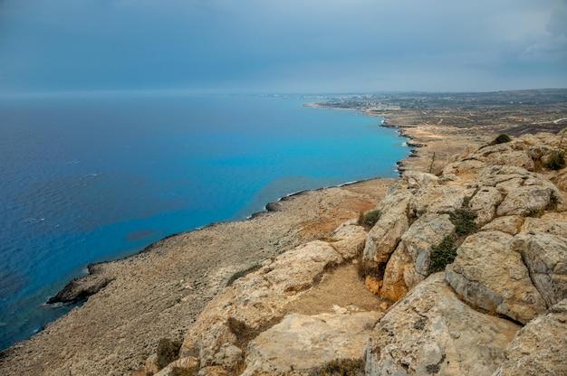 Panoramablick über die stadt ayia napa vom aussichtspunkt auf dem gipfel des berges cape cavo greco.