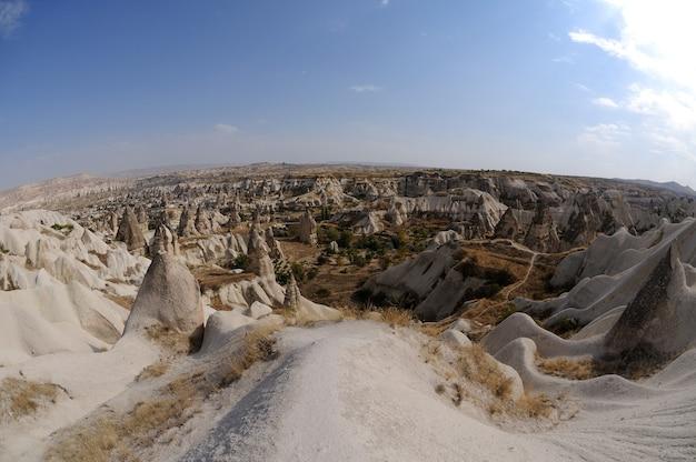 Panoramablick über kappadokien in der anatolischen region der zentraltürkei