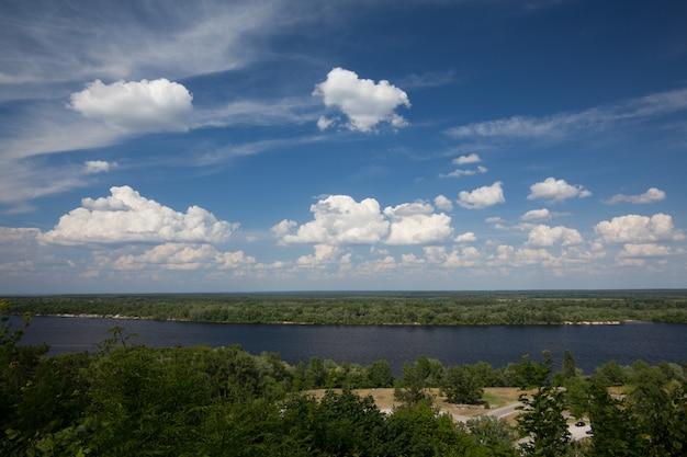 Panoramablick vom berg tarasova in kanev, region tscherkassy, auf kleiner insel und wasserkraftwerk am breiten dnepr