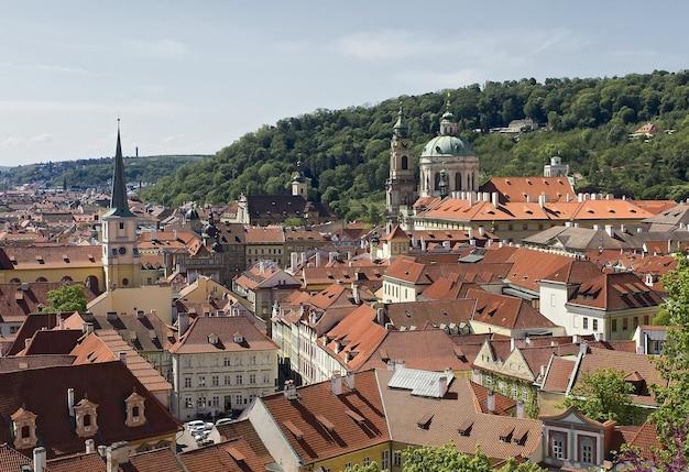 Panoramablick vom kleinen seitenbereich sonniger tag rote ziegeldächer auf dem hügel prag tschechisch