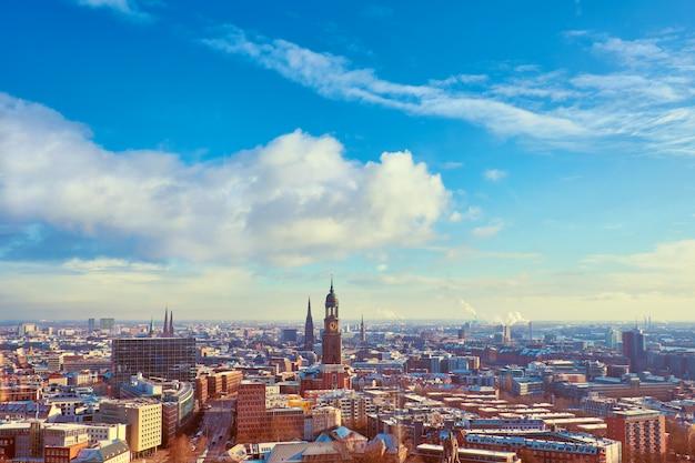 Panoramablick von dancing towers über hamburg im winter mit blauem himmel und wolken