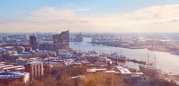Panoramablick von dancing towers über hamburg unter schnee im winter