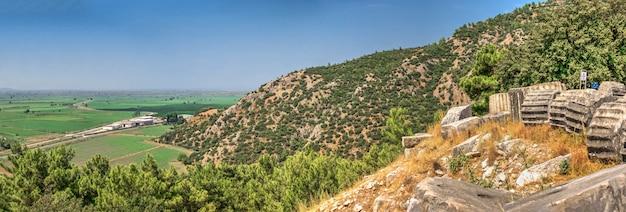 Panoramablick von der seite der antiken stadt priene, türkei