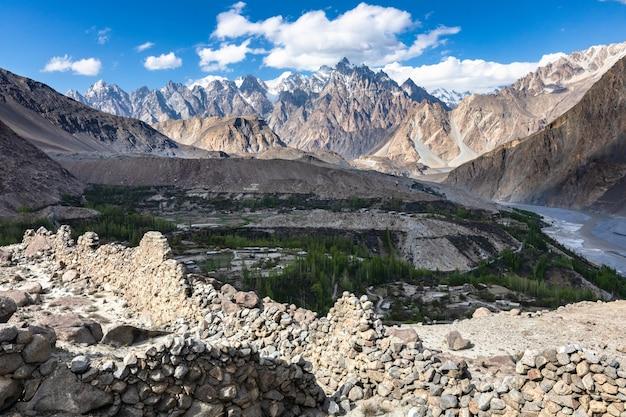 Panoramablick von der zerstörten festung im hunza-tal