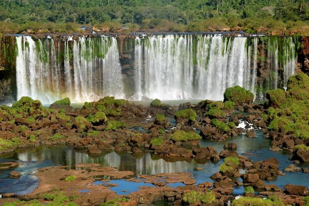 Panoramablick von iguazu falls auf der brasilianischen seite, foz do iguacu, brasilien, südamerika