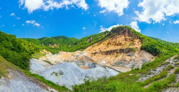 Panoramablick von jigokudani-tal und von blauem himmel im sommer, noboribetsu, hokkaido, japan