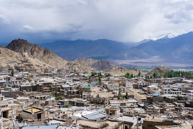 Panoramablick von lamayuru-kloster in ladakh, indien.