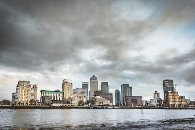 Panoramablick von london-wolkenkratzern mit einem drastischen himmel