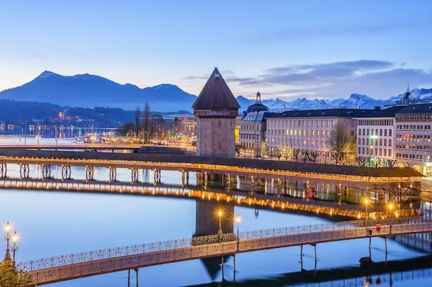Panoramablick von luzerne mit berühmter kapellbrücke und luzerner see