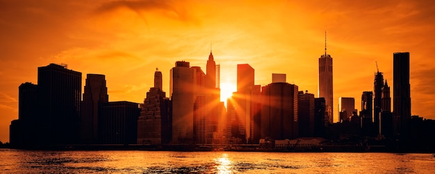 Panoramablick von new york city manhattan midtown bei sonnenuntergang