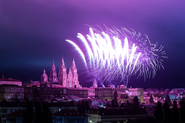 Panoramablick von santiago de compostela während der feier des feuerwerks des apostels santiago