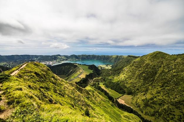 Panoramalandschaft mit blick auf drei erstaunliche teiche, lagoa de santiago, rasa und lagoa azul, lagoa seven cities. die azoren sind eines der wichtigsten touristenziele in portugal