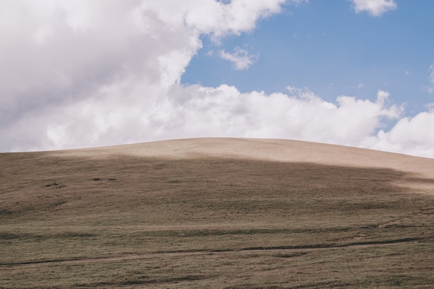 Panoramasicht auf bergszenen im nationalpark dombay, kaukasus, russland, europa. dramatischer blauer himmel und sonnige sommerlandschaft
