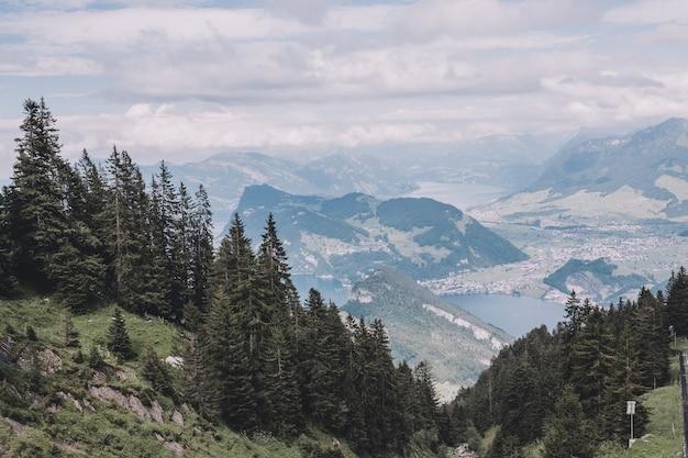 Panoramasicht auf den luzerner see und die berge im pilatus von luzern, schweiz, europa. sommerlandschaft, sonnenscheinwetter, dramatischer blauer himmel und sonniger tag