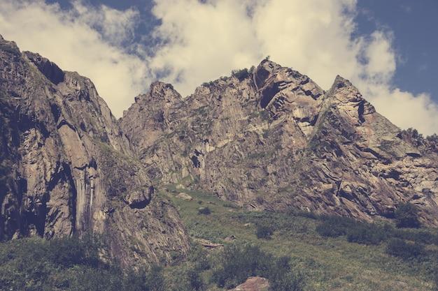 Panoramasicht auf die bergszene im nationalpark von dombay, kaukasus, russland. sommerlandschaft, sonnenscheinwetter, dramatischer blauer himmel und sonniger tag