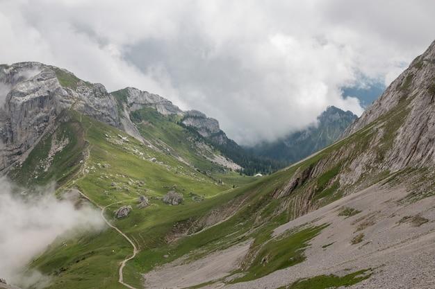 Panoramasicht auf die bergszene vom oberen pilatus kulm im nationalpark luzern, schweiz, europa. sommerlandschaft, sonnenscheinwetter, dramatischer blauer himmel und sonniger tag