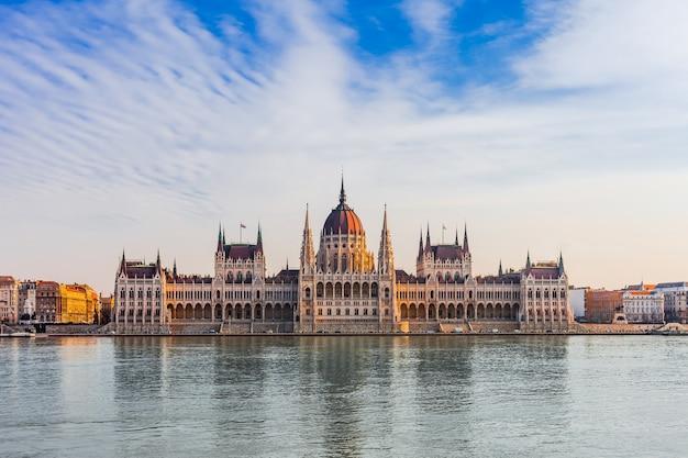 Panoramastadtbild des berühmten touristenziels budapest mit donau, parlament und brücken. reisen sie beleuchtete landschaft in ungarn, europa.