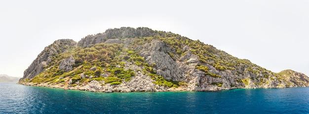 Panoramasteine auf einer verschwommenen meeresoberfläche mit bergblick