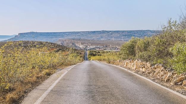 Panoramastraße mit blick auf die berge bei sonnenuntergang