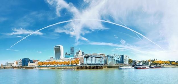 Panoramisch vom bürohausbau auf der bank von der themse in london, großbritannien