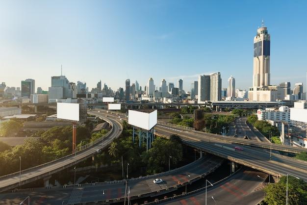 Panoramische bangkok-stadt, die modernes geschäftsgebiet mit schnellstraße herein in die stadt errichtet