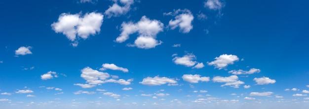 Panoramische flauschige wolke am blauen himmel. himmel mit wolke an einem sonnigen tag.