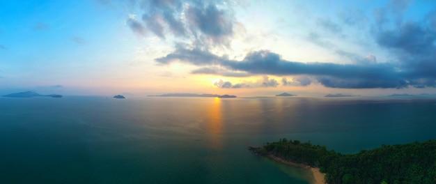 Panoramische landschaft der vogelperspektive von thailand-ozean andamanensee bei sonnenuntergang