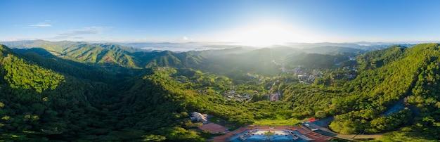 Panoramische landschaft und über dem sonnenlicht mit hintergrund des blauen himmels auf dem berg am morgennebel