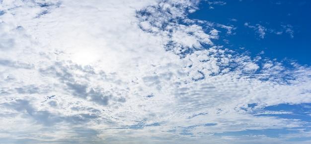 Panoramische natur des bewölkten himmels