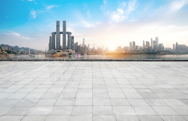Panoramische skyline und gebäude mit leerem konkretem quadratischem boden, chongqing, porzellan