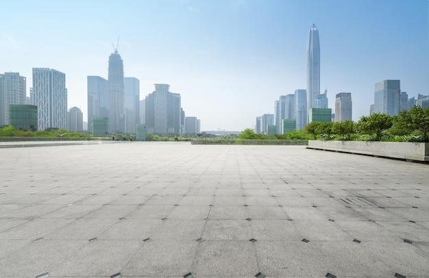 Panoramische skyline und gebäude mit leerem konkretem quadratischem boden in shenzhen, porzellan