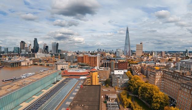 Panoramische vogelperspektive von london-skylinen an einem düsteren bewölkten tag im herbst