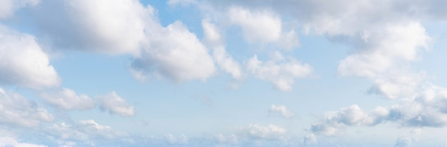 Panoramischer blauer himmel und weiße wolken